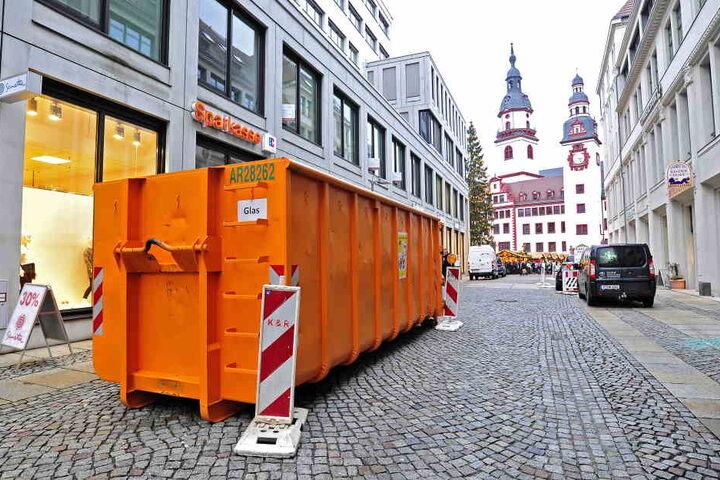 Die großen Container sollten die Zufahrtsstraßen verkleinern, ließen aber genug Platz für Autos...