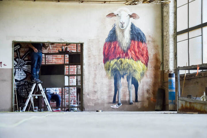 """Tierischer Hingucker auf dem Kunstfestival """"ibug"""": das Wahl-Schaf."""