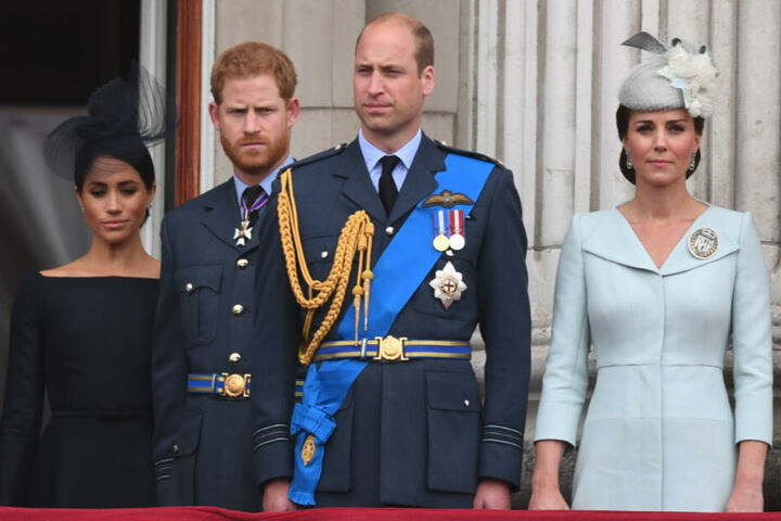 Versteinerte Blicke für's Foto. v.li.: Herzogin Meghan, Prinz Harry, Prinz William und Herzogin Kate stehen auf dem Balkon des Buckingham-Palasts.