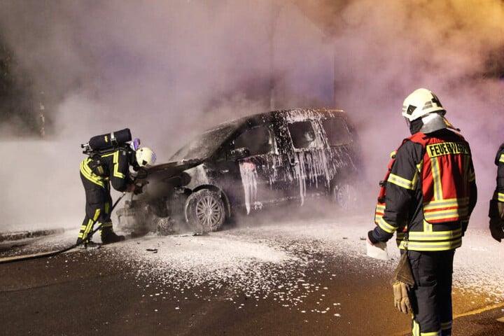 Mehrere Fahrzeuge der Deutschen Bahn waren in Flammen aufgegangen.