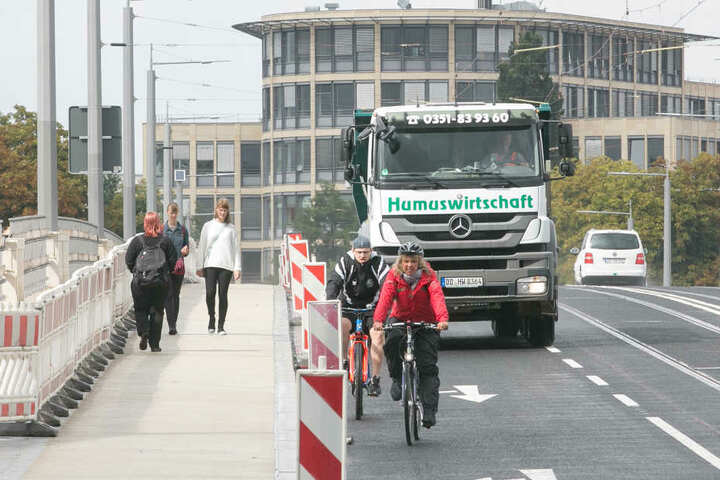Vorsicht! Weil der Fußweg stromabwärts noch gesperrt ist (links), nutzen  Fußgänger den Radweg. Die Radler wiederum blockieren den Kfz-Verkehr.