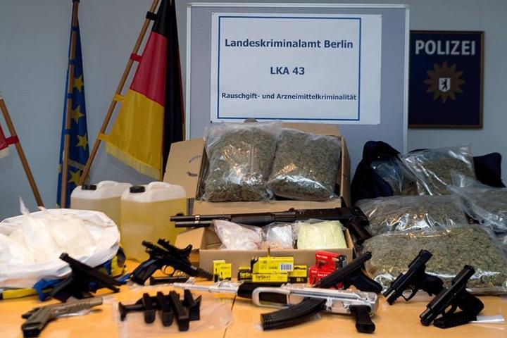 Sichergestelltes Marihuana, Amphetamine, Extasy-Pillen, Kokain, Handfeuerwaffen, ein Maschinengewehr und eine Pumpgung sowie Munition und Chemikalien zur Herstellung von Amphetaminen wurden von der Polizei präsentiert.