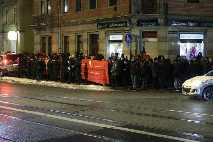 Die Gegendemonstranten hatten Trillerpfeifen im Gepäck und protestierten wütend gegen Höcke und die AfD.
