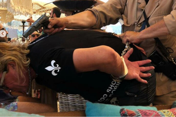 Ein Polizist hält Robert Geiss eine Waffe an den Kopf.