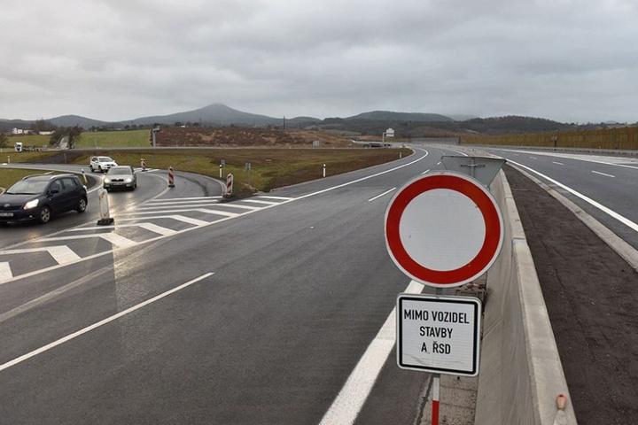 Brandneu und doch schon wieder von der Sperrung bedroht: Der neue Abschnitt Autobahn Dresden-Prag nördlich von Lovosice.