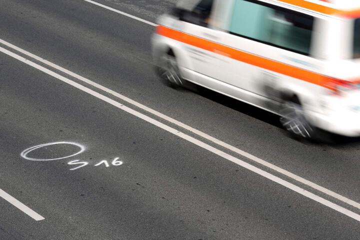 Auf der Straße ist der Tatort gekennzeichnet. (Symbolbild)