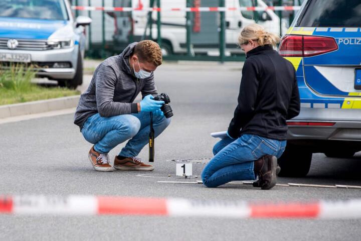 Einsatzkräfte der Polizei sichern Beweismittel am Tatort.
