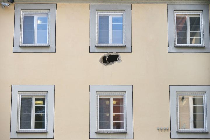 Die Straftäter hatten die Außenmauer des Gebäude durchbrochen und seilten sich anschließend mit einem Bettlaken ab.