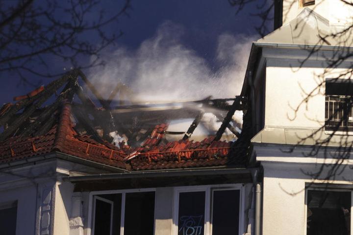 Der Dachstuhl eines Hauses in der Feldstraße in Plauen stand in Flammen.