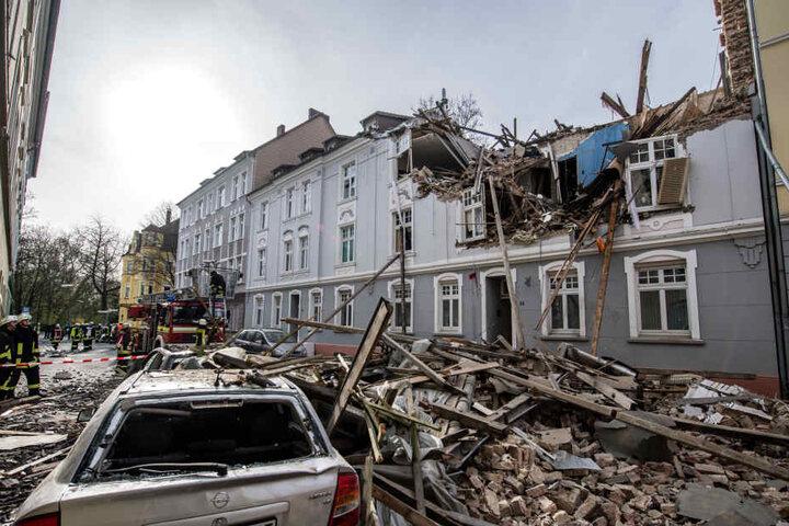 Es gibt mindestens einen Schwerverletzten, Straße und Hof sind mit Trümmern übersät.
