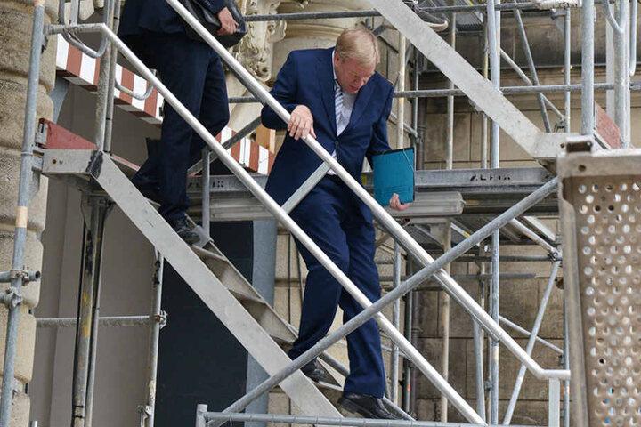 Schön den Kopf einziehen. Finanzminister Georg Unland bei der  Baustellenbesichtigung.