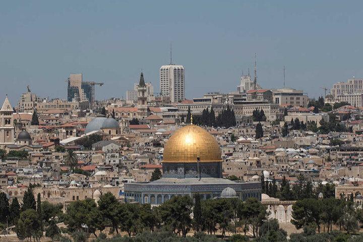 Blick über die Altstadt von Jerusalem mit dem Felsendom im Vordergrund.