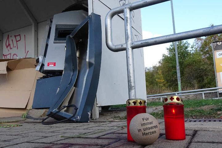 An dem Bahnsteig wurden Kerzen und ein Gedenkstein in Erinnerung an das 19-jährige Opfer niedergelegt.