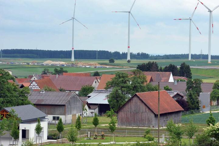 Ein Windpark bei Temmenhausen auf der Albhochfläche.