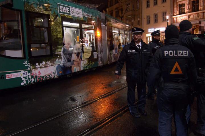 Die Polizei nutzte Straßenbahnen als Puffer.