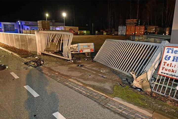 Gegen diesen Metallzaun schleuderte der Unfallwagen mit voller Wucht.