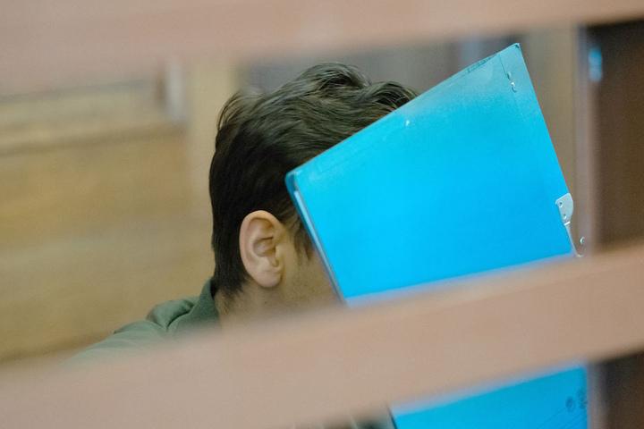 Der syrische Angeklagte (19) versteckte zu Prozessbeginn sein Gesicht hinter einem Schnellhefter.