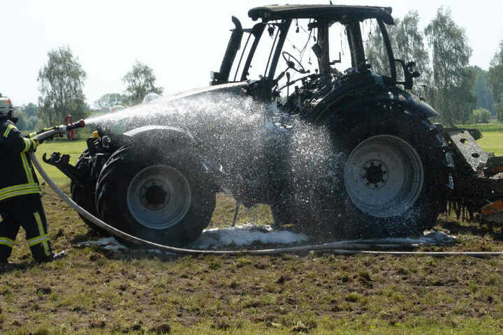 Während der Arbeit auf dem Feld fing der Traktor plötzlich Feuer.