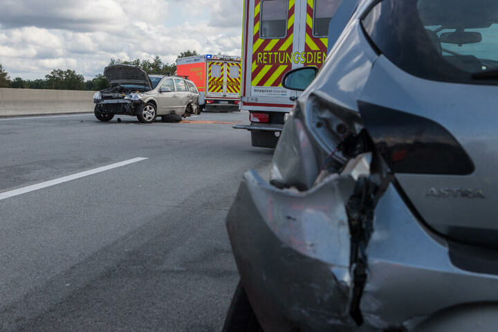 Die Spuren des Unfalls sind an den Unfallfahrzeugen deutlich zu sehen.