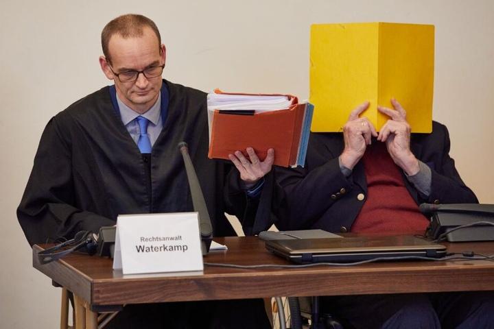 Der 93-Jährige sitzt vor Beginn des Prozesses neben seinem Anwalt Stefan Waterkamp (l) im Gerichtssaal.