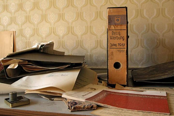 In einem Büro der Halbmondteppiche-Fabrik in Oelsnitz fanden die Autoren noch Unterlagen aus den 1950er Jahren auf einem Schreibtisch.