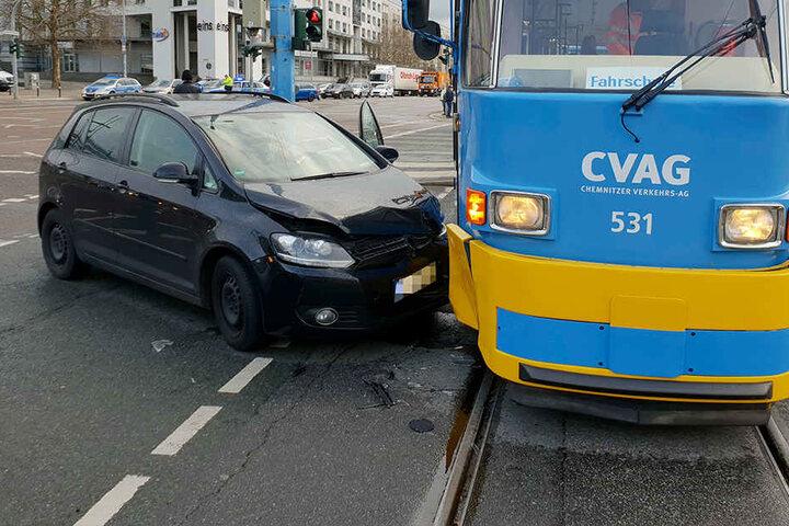Ein VW und eine Straßenbahn sind mitten auf einer Kreuzung zusammengestoßen.