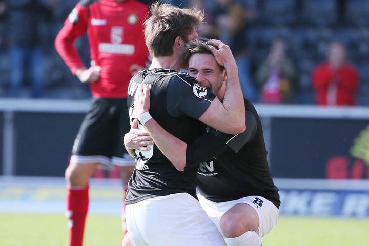 Ronny König und Jonas Nietfeld liegen sich nach dem 1:0-Treffer in den Armen.