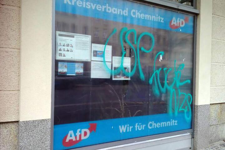 Auch an der Scheibe des AfD-Büros war ein türkisfarbener Schriftzug. Dieser ist inzwischen verschwunden.