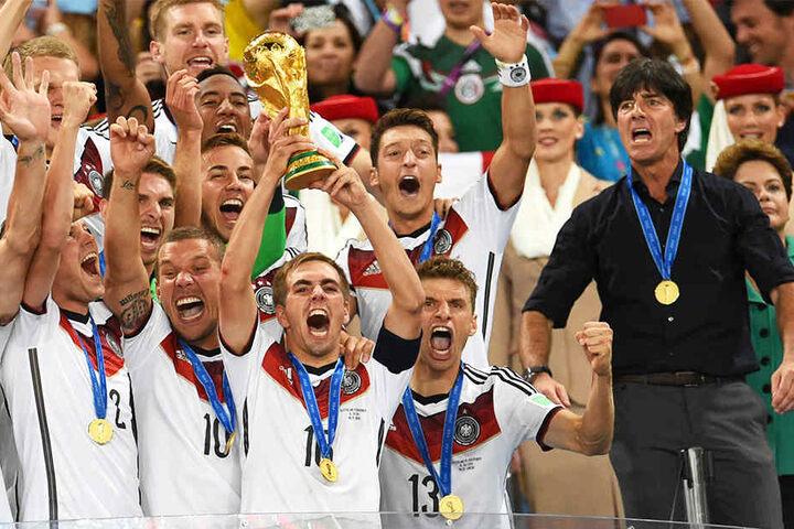 Der größte Erfolg ihrer Karriere: Philipp Lahm (vorne, stemmt den WM-Pokal in die Höhe) und Bundestrainer Joachim Löw (r.) wurden 2014 gemeinsam Weltmeister.