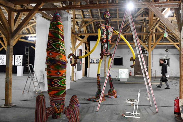 """Skulpturen, überlebensgroße Figuren, Fotografien - Blick in einen der Ausstellungsräume der Ostrale 2017. Aus Gründen der Raum- und Finanznot hat sich die Ausstellung vergangenes Jahr das Konzept einer """"Biennale"""" verpasst (wollte in Dresden nur noch alle"""