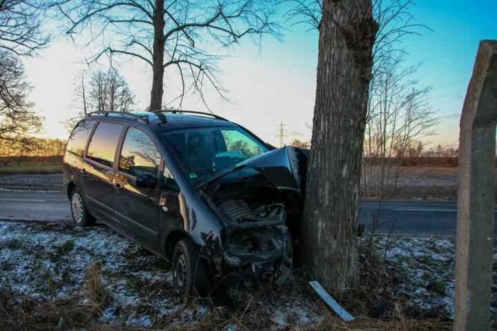 Ein Auto war von der Fahrbahn abgekommen und gegen einen Baum geknallt.