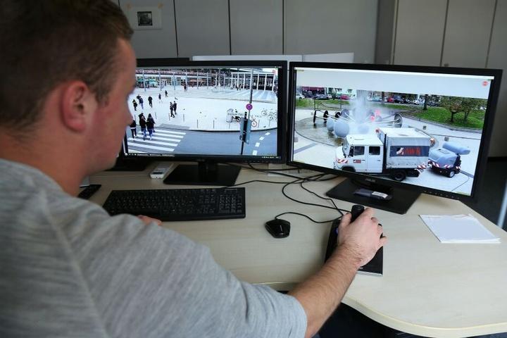 In der Zentrale der Polizei können Mitarbeiter die Plätze genau einsehen und kontrollieren.