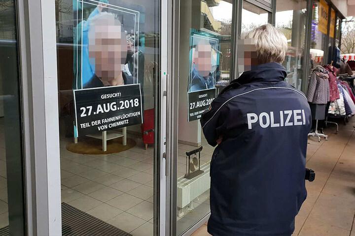 Die Plakate im Büro der Aktivisten im Rosenhof waren am Montag von der Polizei entfernt worden.