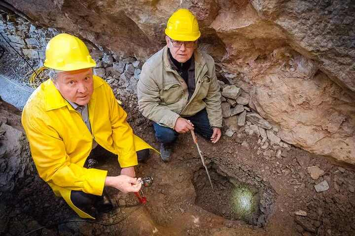 Schatzsucher Heinz-Peter Haustein (63, l.) und Bergführer Steffen Ulbricht (56) an der Grabungsstelle im Fortuna-Stollen.