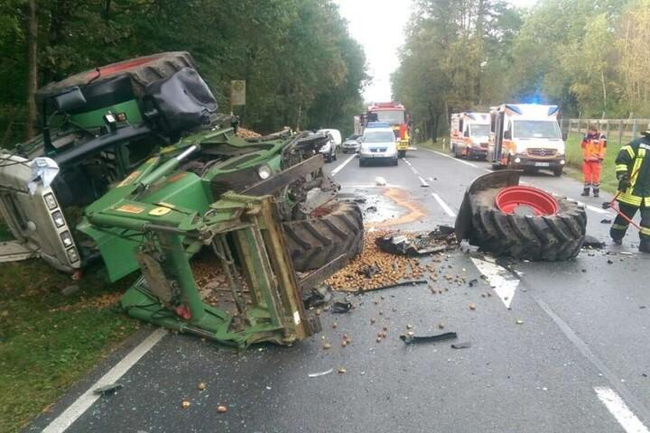 Dem Traktor wurde bei dem Unfall ein Rad abgerissen.