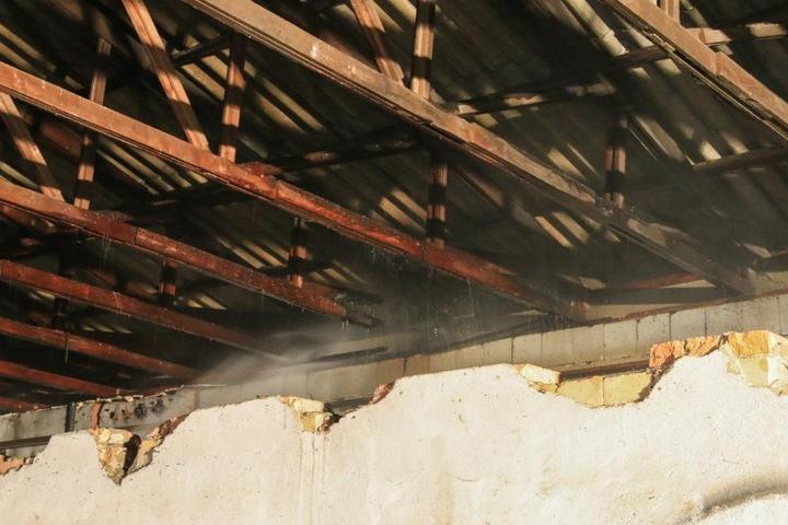 Das Feuer hatte bereits das Dach erreicht und sorgte auch hier für Schäden.