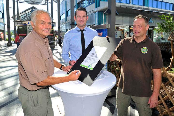 Prof. Klaus Eulenberger (72, l.), Centermanager Thomas Stoyke (34, M.) und  Tierpfleger Mike Richter (48, r.) machen jetzt gemeinsam Werbung.