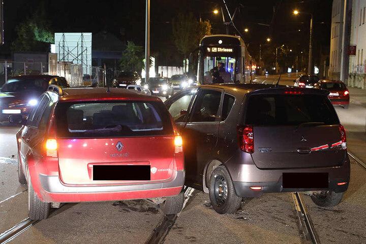 Die Fahrzeuge standen auf den Gleisen der Straßenbahn-Linien 4 und 9 und verhinderten die Durchfahrt.