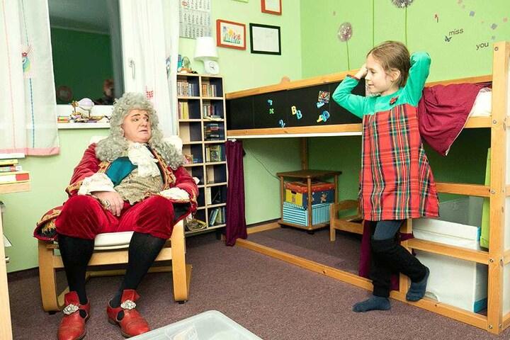 Annabell Lina erzählt August dem Starken in ihrem Kinderzimmer von ihren Hobbys.