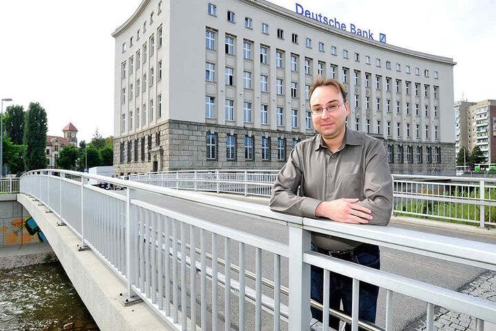 Stadthistoriker Sandro Schmalfuß (38) kann nicht verstehen, dass die Stadt so lange braucht, um die Schmierereien zu entfernen.