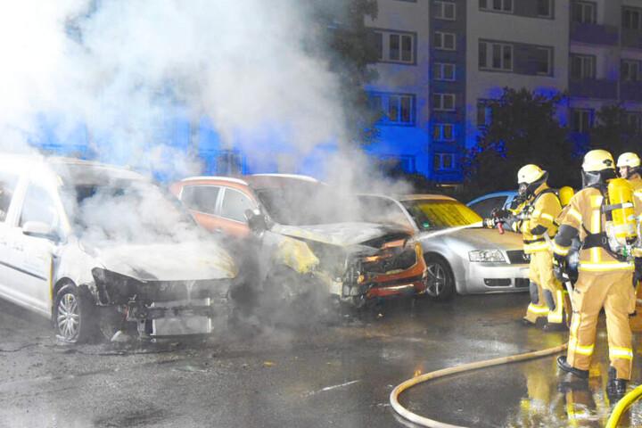 Nicht nur das Auto der Sicherheitsfirma (links) nahm Schaden: Auch die nebenstehenden Fahrzeuge wurden erheblich beschädigt.