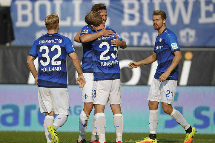 Torschütze Sandro Sirigu wird von Florian Jungwirth (23) beglückwünscht.