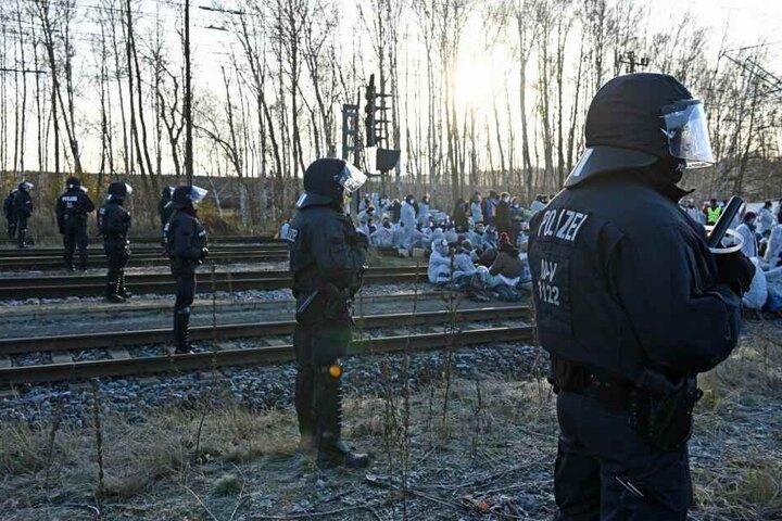 Am Kraftwerk Jänschwalde blockierten Aktivisten die Bahngleise.