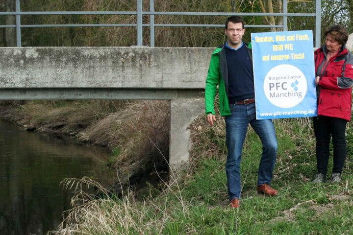 Bürgerinitiative PFC Flugplatz Manching: Mit einem Plakat versuchen Mitglieder auf die Gefahr aufmerksam zu machen.