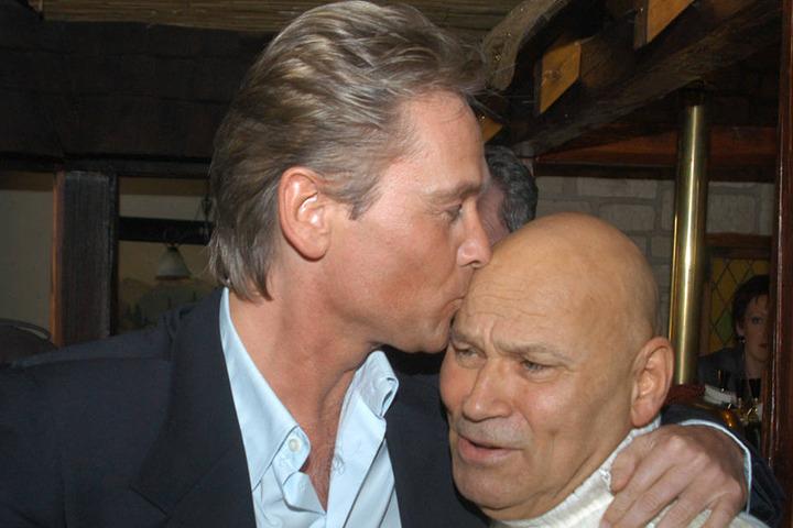 Schlagerstar Olaf Berger (53) drückt seinem Texter & Förderer Dieter Schneider (80) einen dicken Schmatz auf die Stirn.