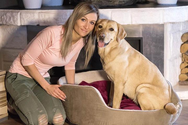 Wieder wohlauf: Labrador-Hündin Luna (3) mit ihrem Frauchen Nicole Gruner (33). Die Hündin war in ein Tellereisen geraten. Ein Tierarzt musste sie versorgen.