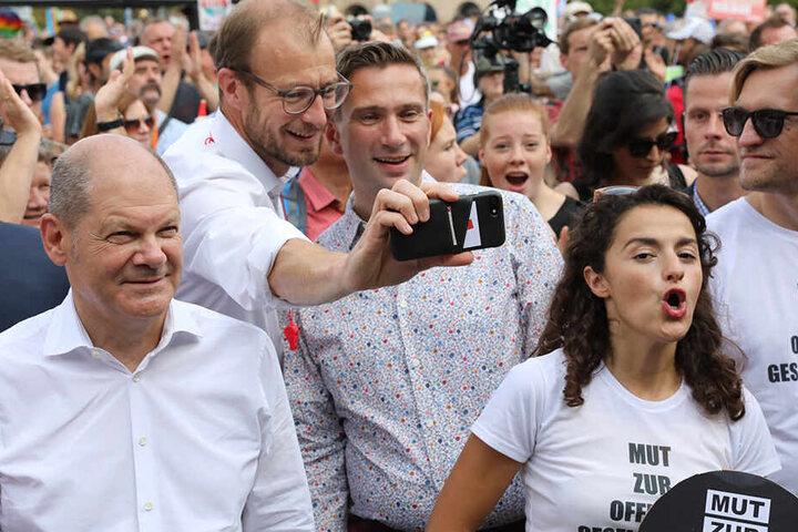 Vize-Kanzler Olaf Scholz (61,SPD, l.) und Sachsens SPD-Chef Martin Dulig (45) reihten sich in die Demo ein.