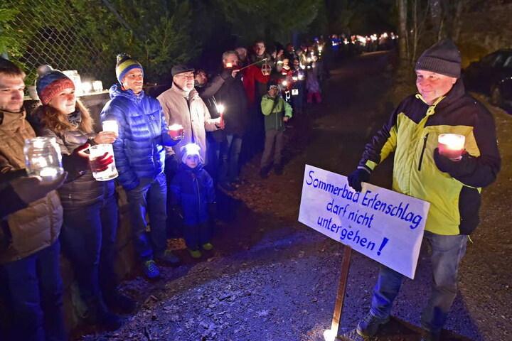 Am Montagabend zeigten viele mit einer Lichterkette ihre Zustimmung für den Erhalt des Erfenschlager Freibades.