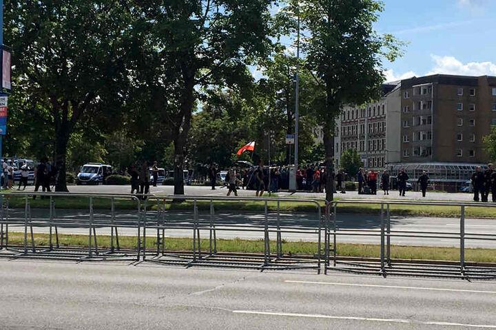 Die erste Demo-Teilnehmer haben sich auf dem Johannisparkplatz versammelt.