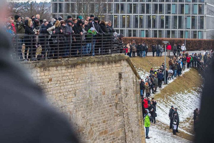 Mehrere hundert Menschen verfolgten das Spektakel.